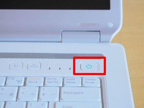 ノートパソコンの電源ボタンの写真