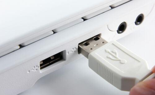 パソコンにUSB接続の抜き差しをしている写真